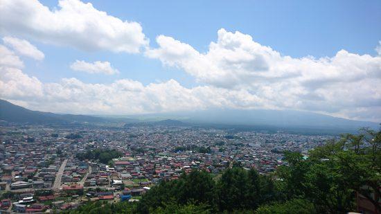 新倉山浅間公園階段登ったあとの景色