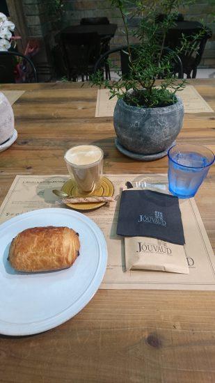 ラ・メゾン・ジュヴォーのパンオショコラとカフェオレ